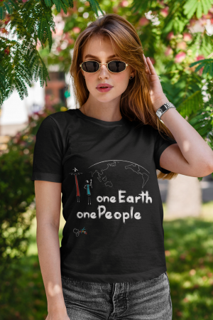 """One Earth One People"" t-shirt nera donna con scritta bianca"