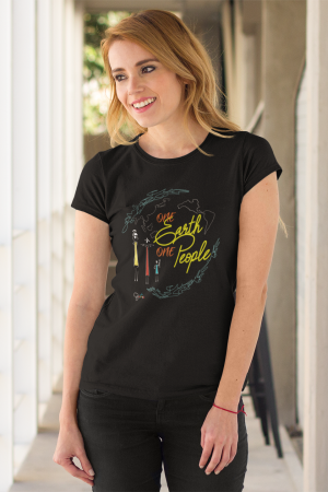 """One Earth One People"" t-shirt nera donna con scritta gialla"